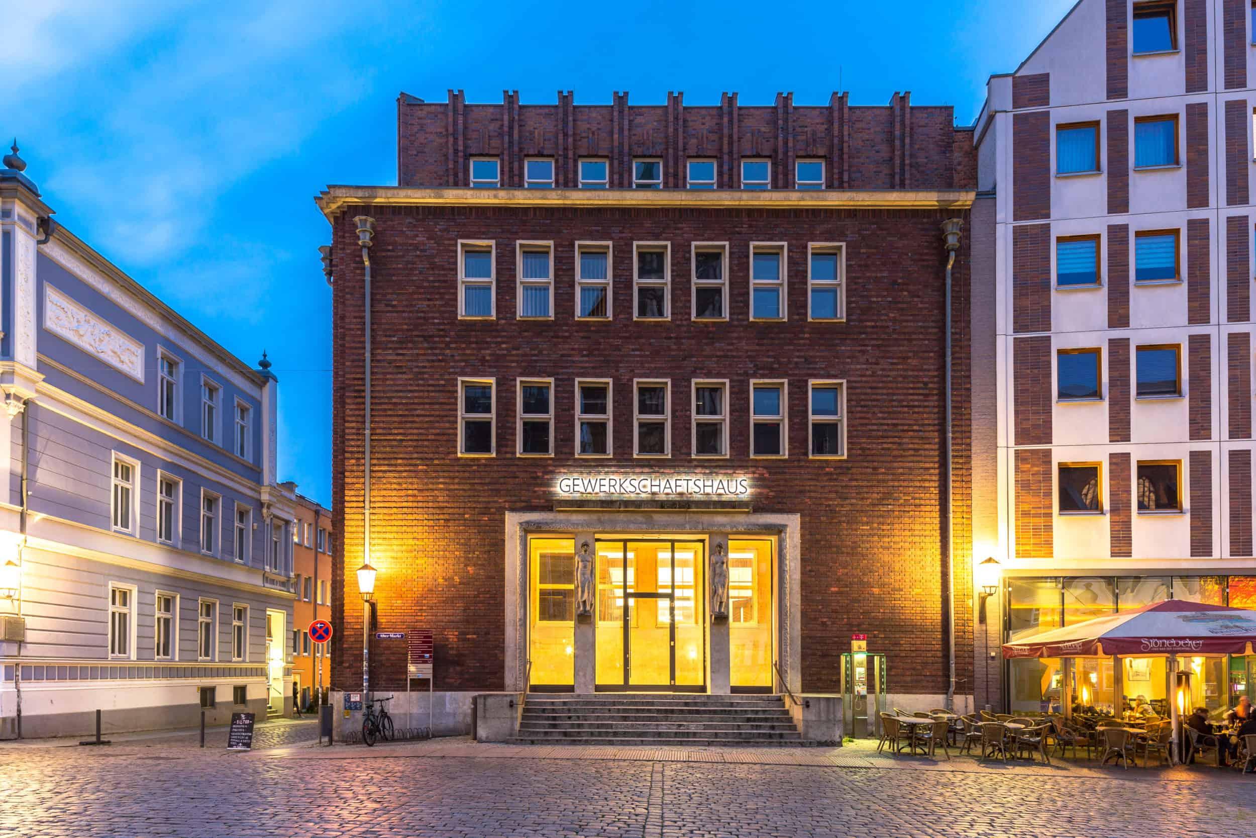Bankdrücken, ein neues Crossover-Kultur-Format in Stralsund. Weitung des Blickwinkels, Zulassen von Erkenntnis, Genießen von Kunst, kontroverser Austausch.